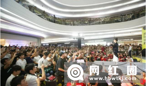 冯提莫现身深圳举办签唱会 场面火爆程度证明其影响力很大